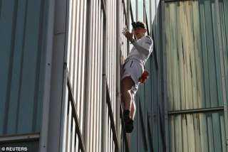 آخر تقاليع كورونا.. شاب يتسلق ناطحة سحاب بدون معدات