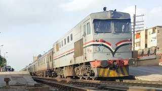 إصابة شخصين بحادث تصادم قطار ركاب بالصدادات الخرسانية
