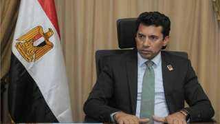 وزير الرياضة يلتقي رئيس الدولى للرماية خلال زيارته لميدان الرماية المستضيف للمنافسات