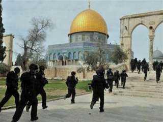 إسرائيل تقتحم المسجد الأقصى وتُهاجم المصلين بقنابل الصوت والغاز