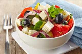 «زي المطاعم».. كيفية تحضير سلطة يوناني في المنزل