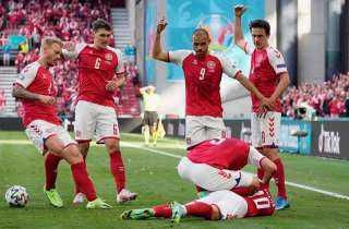 أنباء عن وفاته.. أول صور سقوط إريكسون في ملعب مباراة الدنمارك و فنلندا