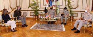 وزير الدفاع يبحث مع قائد الحرس الوطنى الأمريكى التطورات الإقليمية والدولية الراهنة