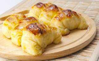 «زي المطاعم».. كيفية تحضير الكرواسون وبودينج الزبدة