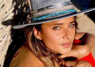 بـ قبعة أنيقة.. أحدث إطلالة لـ نيللي كريم في عطلتها الصيفية
