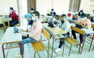 طلاب الثانوية العامة يتوافدون على اللجان لاداء امتحان الفيزياء