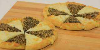 «زي المطاعم».. كيفية تحضير مناقيش بالجبنة والزعتر