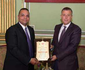 مركز زايد الطبي للتأهيل بالقوات الجوية يكرم رئيس جامعة عين شمس