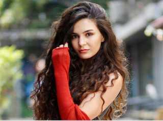 من هي شقيقة إيبرو شاهين بطلة مسلسل «زهرة الثالوث»؟