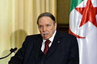 تنكيس العلم الجزائري حداداً على وفاة بوتفليقة