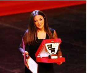 بالفيديو.. بكاء دنيا سمير غانم أثناء تكريم والديها في المهرجان القومي للمسرح