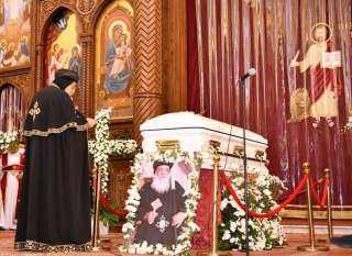 صور مؤثرة.. كيف صلى البابا تواضروس صلاة تجنيز مثلث الرحمات الأنبا هدرا؟