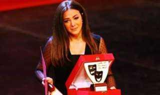 هنا الزاهد تدعم دنيا سمير غانم بعد بكائها أثناء تكريم والديها