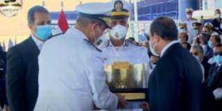 بالصور والفيديو .. اللواء أحمد إبراهيم يهدى الرئيس السيسى هدية تذكارية في حفل تخرج طلاب الشرطة
