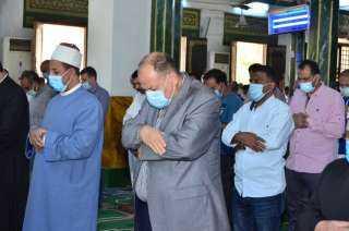 محافظ أسيوط يؤدى صلاة الجمعة بمسجد ناصر ويطمئن على تطبيق الاجراءات الاحترازية