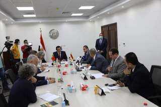 بالصور .. وزير التعليم العالي يلتقى وفد جامعة نوفا البرتغالية