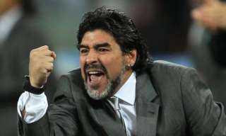 مارادونا.. نابولي يزف الأسطورة لمثواه الأخير برسالة مؤثرة