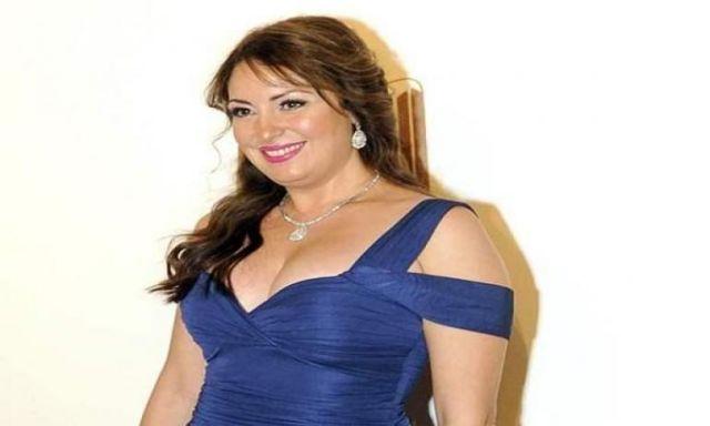 معجب نرمين الفقي يفاجئها بوضع صورتها على صدره | نجوم الفن ...