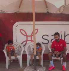 """""""حسين الشحات"""" يصطحب نجليه لمران الأهلي"""